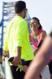Retrato dos povos running que fazem o esticão no parque Fotos de Stock Royalty Free