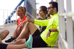 Retrato dos povos running que têm o divertimento no parque Fotos de Stock Royalty Free