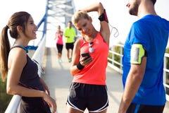 Retrato dos povos running que têm o divertimento no parque com pH móvel Fotografia de Stock