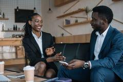retrato dos sócios comerciais afro-americanos de sorriso que têm a conversação imagens de stock
