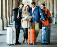 Retrato dos turistas com mapa imagem de stock royalty free