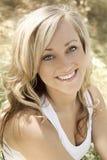 retrato Dourado-tonificado de uma mulher nova bonita Fotografia de Stock Royalty Free