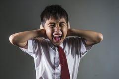 Retrato dramático da estudante desesperada e abusada nova na vítima sozinha de grito do uniforme de tiranizar e de abuso na escol fotografia de stock royalty free