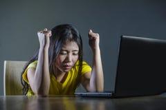 Retrato dramático de la muchacha del adolescente o de la mujer joven coreana asiática asustada y subrayada con el ordenador portá Imagenes de archivo