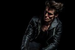 Retrato dramático de um modelo de forma no casaco de cabedal Imagens de Stock Royalty Free