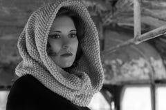 Retrato dramático de una muchacha hermosa joven Una muchacha con un aspecto agradable y una mirada triste Retrato creativo de una Fotos de archivo
