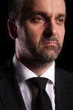 Retrato dramático del hombre de negocios en fondo negro imagenes de archivo