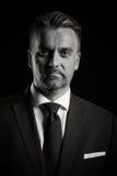 Retrato dramático del hombre de negocios en fondo negro fotos de archivo