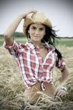 Retrato dramático do cowgirl bonito no campo de trigo Imagens de Stock