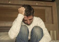 Retrato dram?tico da casa de 30s ao homem deprimido 40s e desesperado atrativo que senta-se na crise e na depress?o da ansiedade  fotografia de stock royalty free