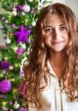 Retrato dulce de la muchacha cerca del árbol de navidad Imagenes de archivo