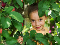 Retrato dulce feliz de la niña en un parque Foto de archivo libre de regalías