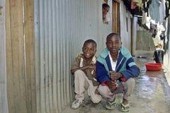 Retrato e dia a dia do grupo no precário do Kenyan Fotos de Stock