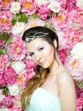 Retrato e flores da mulher imagens de stock