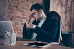 Retrato el suyo él terminación de acabado del individuo del especialista hermoso elegante del experto día duro agotado después de foto de archivo