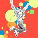 Retrato ele seu ele salto do indivíduo que apressa altamente a sarja de Nimes ocasional das calças de brim do projeto estilizado  fotografia de stock royalty free