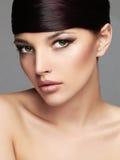 Retrato elegante de la belleza de la moda con el pelo sano Cara hermosa de la muchacha hairstyle imagen de archivo libre de regalías
