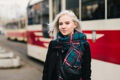 Retrato elegante de la calle de una mujer joven y hermosa en el fondo del paisaje urbano Imagenes de archivo