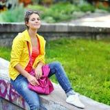 Retrato elegante de la chica joven al aire libre Imagen de archivo libre de regalías