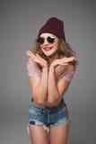 Retrato elegante de la moda de la mujer joven casual de moda en sunglas Fotografía de archivo libre de regalías