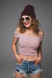 Retrato elegante de la moda de la mujer joven casual de moda en sunglas Fotos de archivo