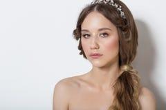 Retrato elegante de uma moça bonito delicada bonita com composição brilhante e macia limpa da pele em um fundo branco no Imagens de Stock Royalty Free