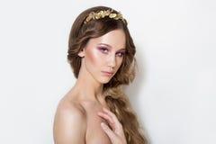 Retrato elegante de uma moça bonito delicada bonita com composição brilhante e macia limpa da pele em um fundo branco no Fotos de Stock Royalty Free