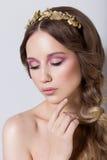Retrato elegante de uma moça bonito delicada bonita com composição brilhante e macia limpa da pele em um fundo branco no Foto de Stock Royalty Free