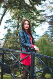 Retrato elegante do outono do batom vermelho da menina moreno feliz nova fora na cidade foto de stock royalty free