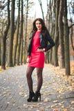 Retrato elegante do outono do batom vermelho da menina moreno feliz nova fora na cidade Fotografia de Stock Royalty Free