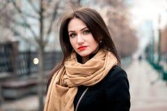 Retrato elegante do outono do batom vermelho da menina moreno feliz nova fora na cidade imagens de stock royalty free