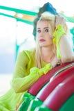 Retrato elegante rubio hermoso de la mujer de la moda en verano del parque de atracciones fotos de archivo