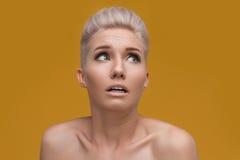 Retrato emocional da mulher espantada Fotografia de Stock Royalty Free