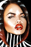 Retrato emocional de la morenita hermosa con la cara mojada Fotos de archivo