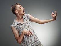 Retrato emocional de um adolescente que joga em Air Guitar Imagens de Stock