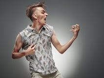 Retrato emocional de um adolescente que joga em Air Guitar Foto de Stock