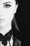 Retrato emocional de uma menina bonita nova que expressa o medo, raiva, grito, levantando sobre o fundo preto Pele e cabelo perfe foto de stock royalty free