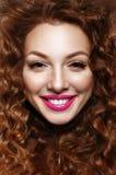 Retrato emocional de uma menina com cabelo vermelho encaracolado (gengibre) foto de stock royalty free