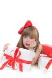 Retrato emocional de una muchacha alegre en vestido rojo en el fondo blanco Año Nuevo Imagen de archivo