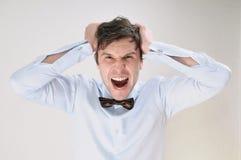 Retrato emocional del hombre de griterío atractivo en el backgrou blanco Imágenes de archivo libres de regalías