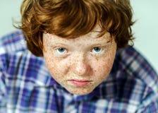 Retrato emocional del muchacho pelirrojo Foto de archivo