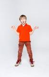 Retrato emocional del muchacho sorprendido casual en el fondo del estudio Imagenes de archivo