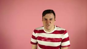 Retrato emocional do homens loucos no close-up conceito: a divis?o nervosa, a doen?a mental, as dores de cabe?a e a enxaqueca vídeos de arquivo