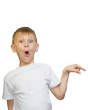 Retrato emocional do menino adolescente caucasiano Adolescente engraçado que aponta e que olha ascendente ao rir, isolado no bran imagens de stock royalty free
