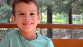 Retrato emocional do menino adolescente caucasiano Adolescente engraçado que sorri - gritando e gritando Criança considerável que video estoque