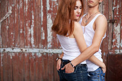 Retrato emotivo de um par à moda nas calças de brim que estão junto imagens de stock