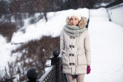 Retrato emotivo de un modelo de moda en la capa y la boina blancas Imagen de archivo libre de regalías