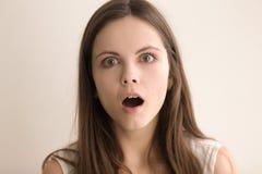 Retrato emotivo del headshot de la mujer joven desconcertada Fotos de archivo libres de regalías