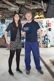 Retrato en cliente del mecánico y de la hembra Fotografía de archivo