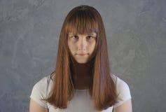 Retrato en de la cámara de mirada femenina europea joven con serio Foto de archivo